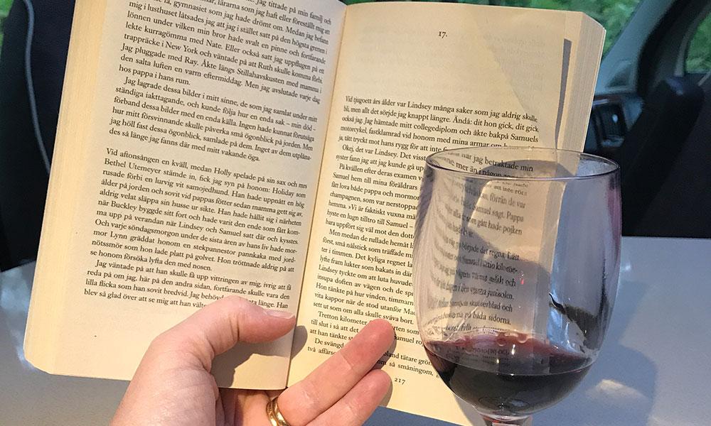 bo i en husbil läsa en bok